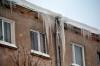 На крышах домов образовались опасные снежные заносы